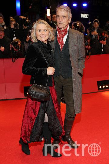 Красная дорожка Берлинале-2020. Джереми Айронс с женой. Фото Getty
