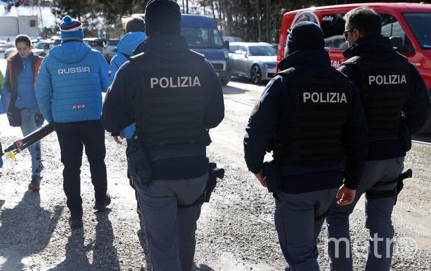 Полиция увозила россиян в управление для допроса. Фото Getty