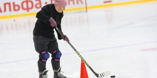 Валентина Павловна на льду - не в полной боевой форме.
