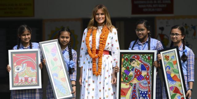 """Мелания Трамп встретилась с учениками """"класса счастья""""."""