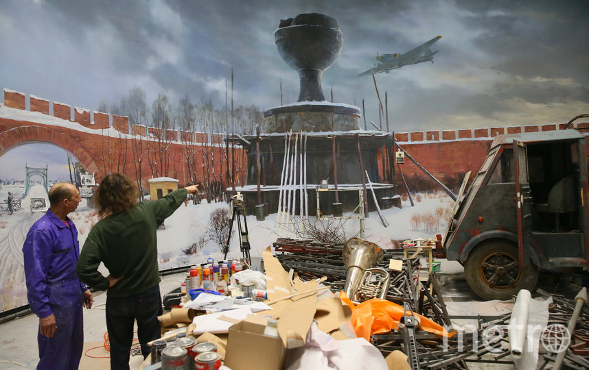 Художники из «Невского баталиста» обсуждают трёхмерную панораму «Великий Новгород, 1944». Фото Василий Кузьмичёнок