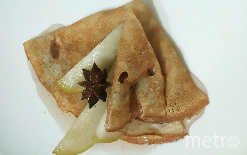 """Тёплые блин и сироп в сочетании с холодными фруктами сделают блин изысканным десертом. Фото """"Metro"""""""