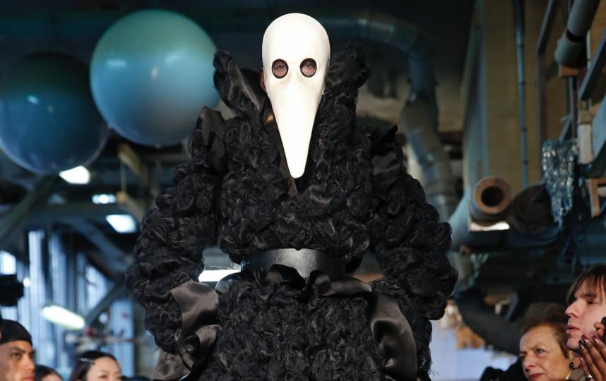 Похоже, вирус проник в мир моды ещё месяц назад – на фото модель с показа Aganovich, прошедшего в январе. Фото Getty