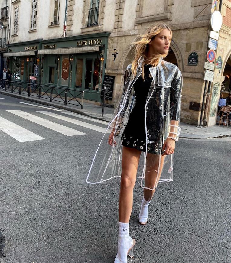 6. Ну и полезная вещь, в то же время очень модная – дождевик. Из полупрозрачной ткани, тонкой, по крою напоминающей всё ту же парку. Фото instagram.com/chloelecareux