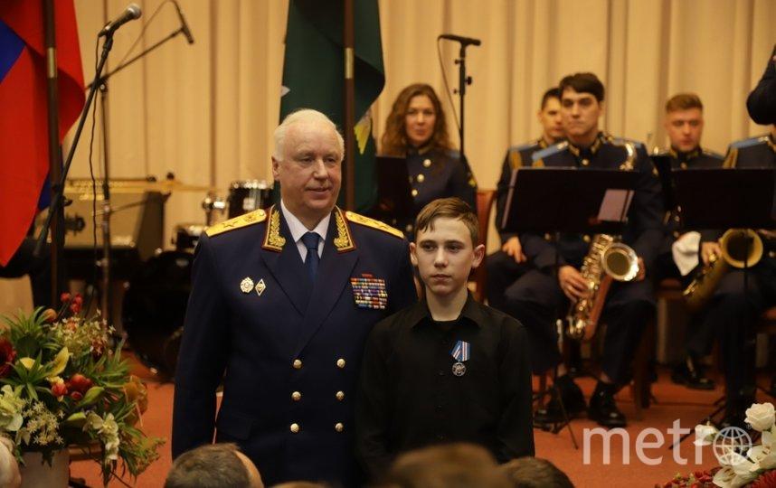 Бастрыкин награждает героя. Фото sledcom.ru
