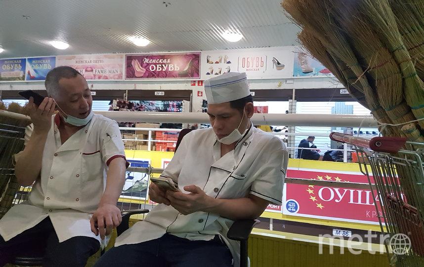 """В азиатских кафе на рынке """"Москва"""" маски носили ещё в начале февраля. Фото Василий Кузьмичёнок"""