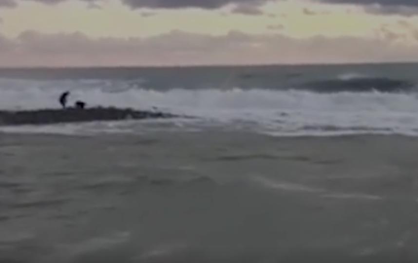Поиск в море унесенных течением детей близ Сочи приостановлен из-за непогоды. Фото все фото - скриншот видео www.ren.tv