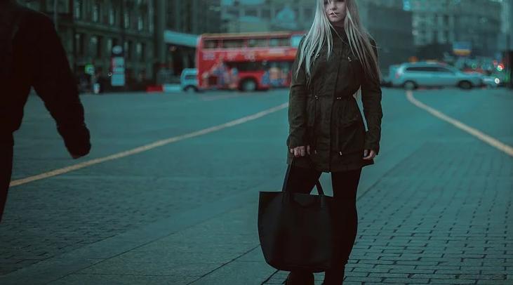 В Петербурге грабитель вырвал у девушки сумку с деньгами. Фото Pixabay.com