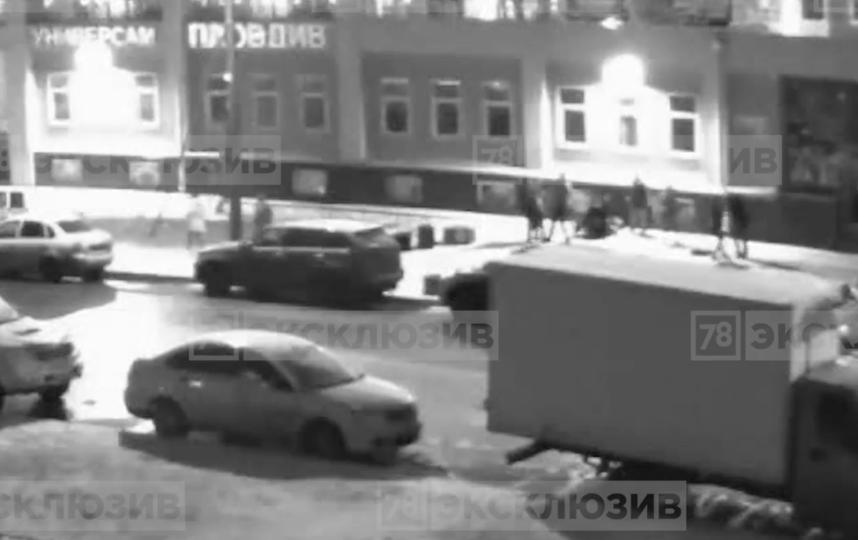 Причиной массовой драки в Петербурге стал конфликт между девушками. Фото скриншот www.78.ru