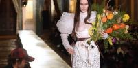 Белла Хадид в прозрачном свадебном платье стала звездой показа Vivienne Westwood