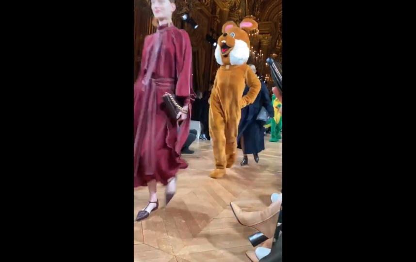 На показе Stella McCartney по подиуму прошли гигантские лисы и кролики. Фото Getty
