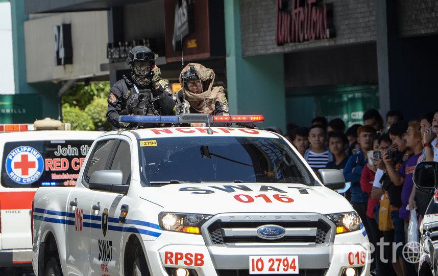 На Филиппинах вооружённый мужчина взял в заложники около 30 человек. Фото AFP