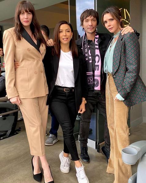 На стадионе помимо жены Дэвида Виктории (справа) его поддерживали актрисы Лив Тайлер и Ева Лонгория. Фото Instagram @victoriabeckham