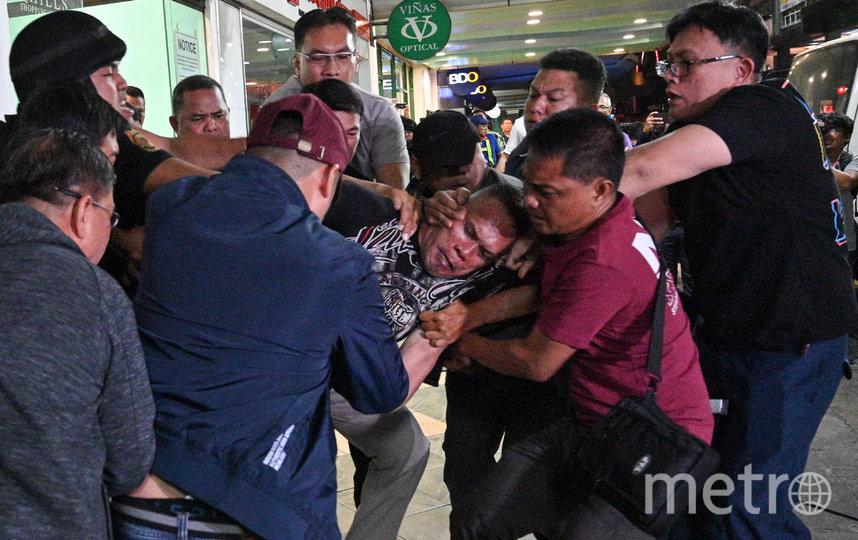 Момент задержания злоумышленника. Фото AFP