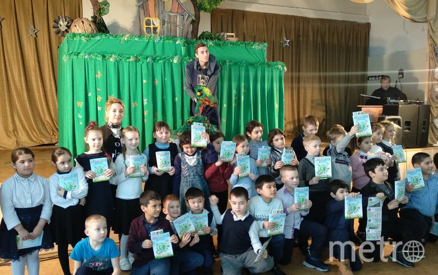 После спектакля каждый маленький зритель получил в подарок от депутата специальную экологическую брошюру о том, как заботиться о природе, и о базовых знаниях по экологии.