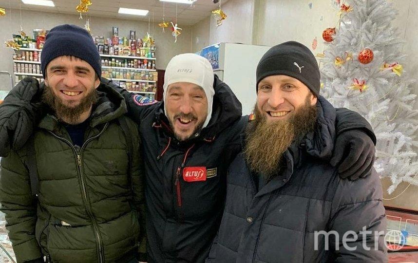 Хосе Андрес Абьян Пахарес (в центре) и его спасатели, декабрь 2018-го. Фото Скриншот Instagram/vesma.today
