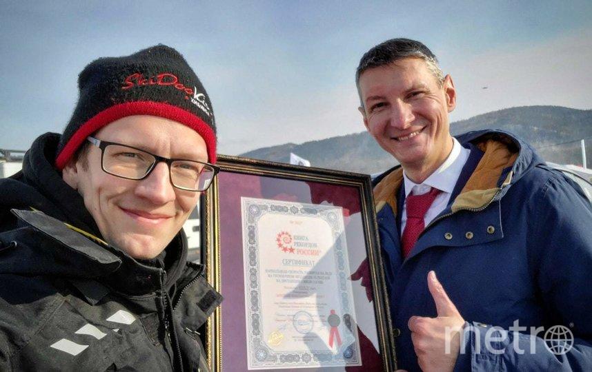 """Константин (справа) с сертификатом рекорда. Фото instagram.com/academeg, """"Metro"""""""