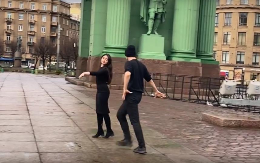 Под Нарвскими воротами в Петербурге блогер станцевал лезгинку. Фото Все - скриншот YouTube