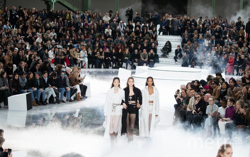 Джиджи Хадид (в центре). Показ Chanel. Фото Getty