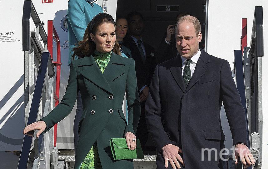 Королевская пара прибыла в Ирландию на коммерческом рейсе. Фото AFP