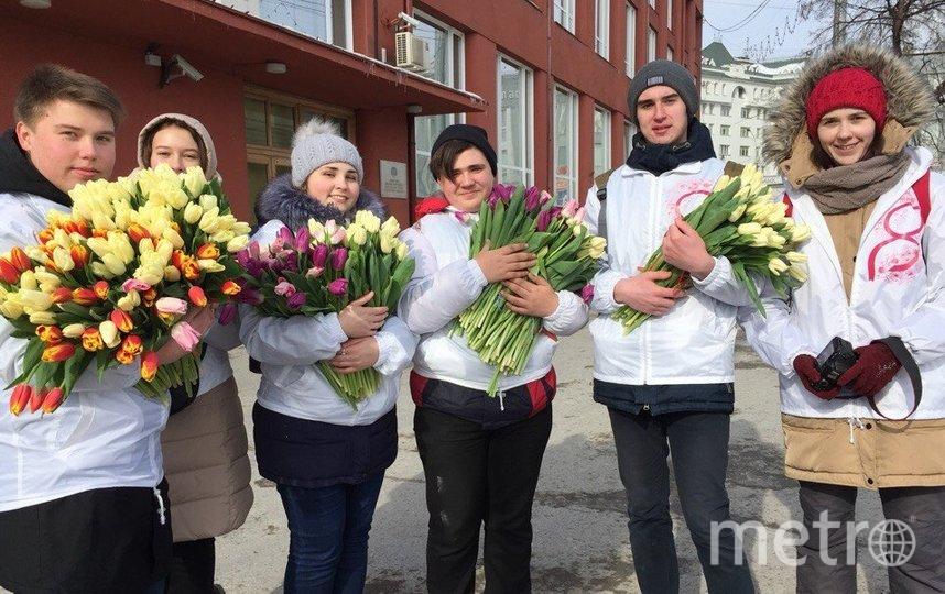 Мужчины разных возрастов и профессий подарят цветы случайным девушкам на главных улицах и площадях городов, местах работы и отдыха, в аэропортах и на вокзалах.