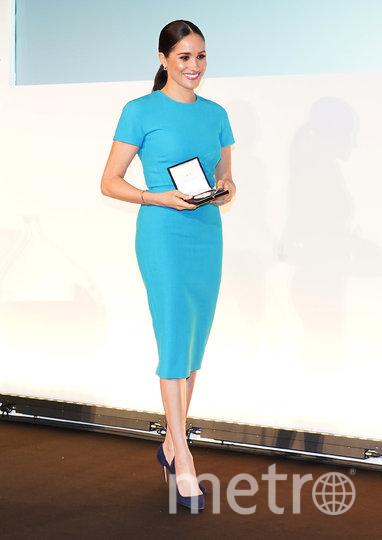 Для выхода в свет Меган Маркл выбрала облегающее светло-голубое платье-миди от Victoria Beckham. Фото Getty