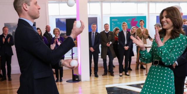 Уильям умеет жонглировать.
