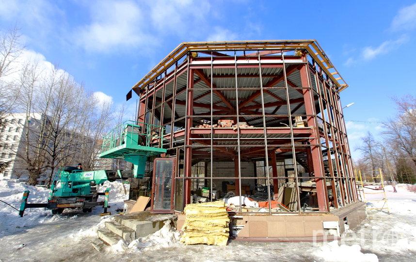 Работы по демонтажу проводит собственник построек, уже в начале апреля разбор строений завершится, после этого руководство парка сможет обустроить входную зону с учётом освободившегося места.