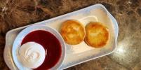 Удивите женщину праздничным завтраком: рецепт сырников с соусом от шеф-повара