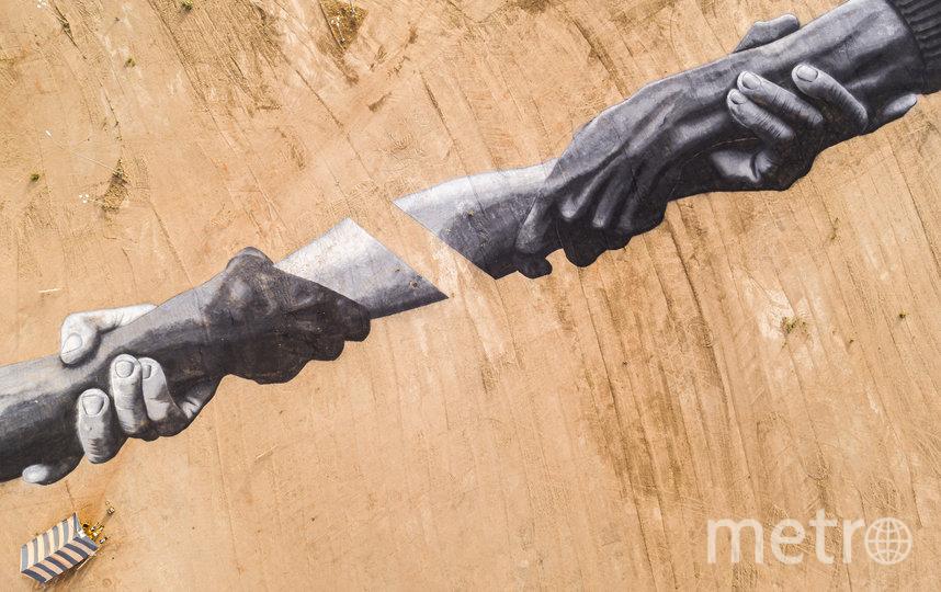 В африканском городе Уагадугу появилось изображение двух огромных рук. Фото SAYPE
