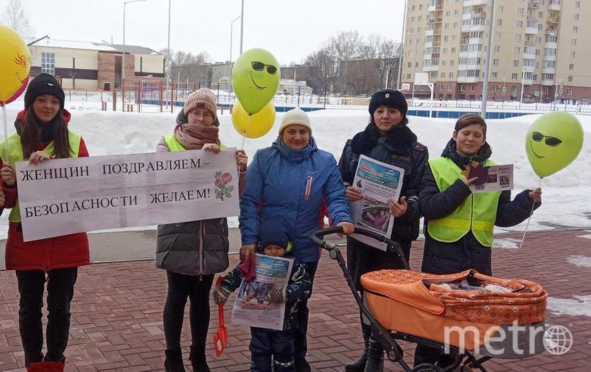 ЮИДовцы читали стихи, вручали открытки с теплыми пожеланиями и напоминаниями о безопасности на дороге. Фото Предоставлено организаторами
