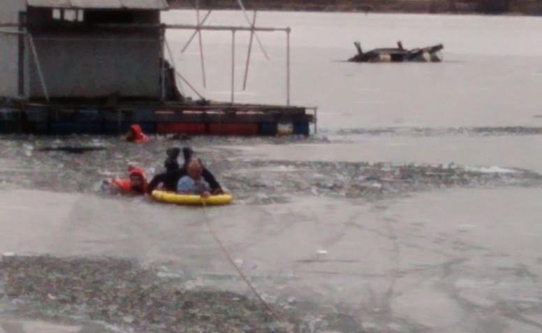 "11-летний мальчик провалился под лед на заливе в Ладоге в Приозерске. Фото пресс-служба МЧС Ленобласти, ""Metro"""