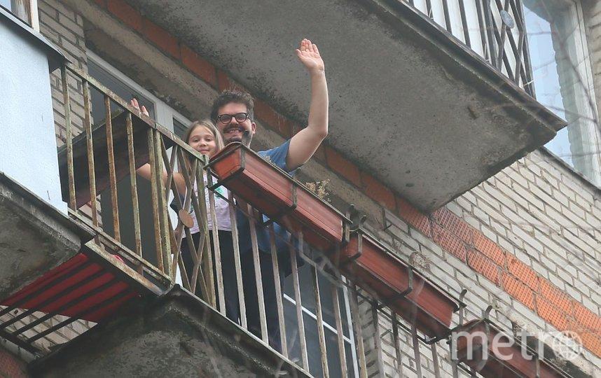 Преподавателю истории Джованни Савино, который находится в Москве в самоизоляции с семьёй, накануне исполнилось 36 лет. Именинник вышел на балкон с дочкой Любавой, чтобы помахать Metro. Фото Василий Кузьмичёнок