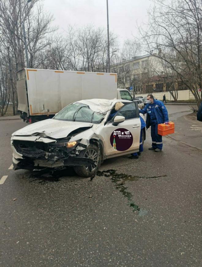 Мужчина погиб в результате падения дерева на автомобиль на востоке Москвы. Фото скриншот https://vk.com/msk_today