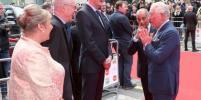 Принц Чарльз хочет здороваться, несмотря на коронавирус: забавное видео разошлось по Сети