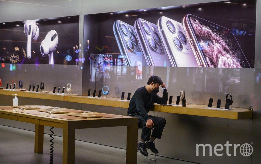 Компания Apple закрывает магазины по всему миру. Фото Getty