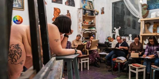 Станислава позирует на набросках в художественной студии на Васильевском острове.