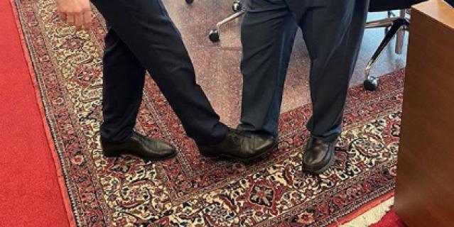 Александр Новак и Мохаммед Баркиндо попробовали ногопожатие.
