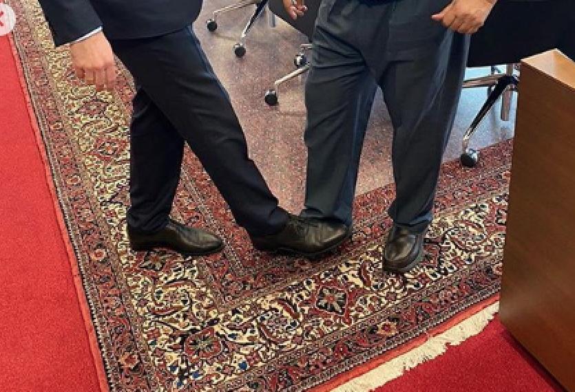 Александр Новак и Мохаммед Баркиндо попробовали ногопожатие. Фото Instagram @minenergogov