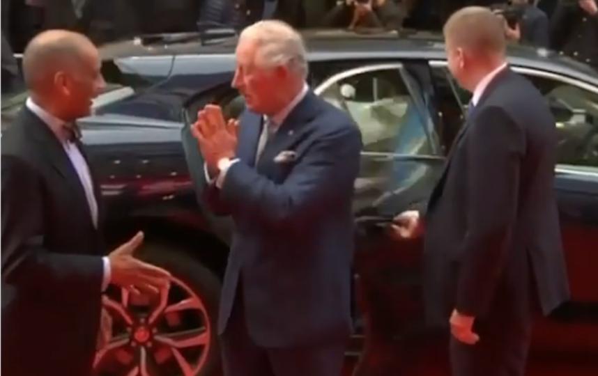 Принц Чарльз заменил традиционное рукопожатие на индуистское приветствие намасте. Фото Instagram @uk_royal