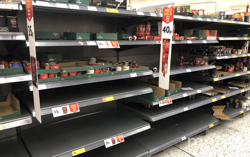 Полки в магазинах Лондона пустуют. Фото Getty