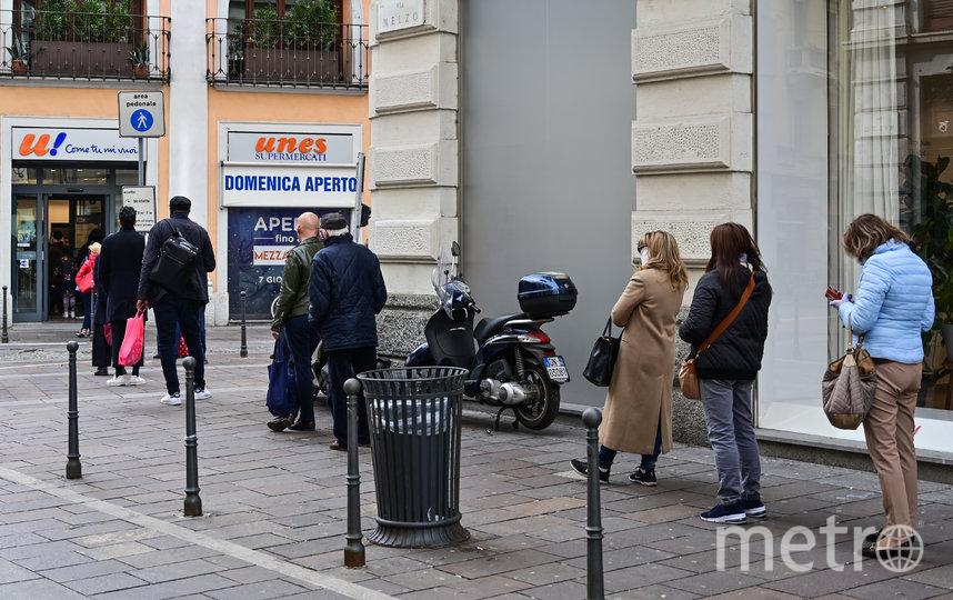 Очередь в магазин в Милане, Италия. Фото AFP