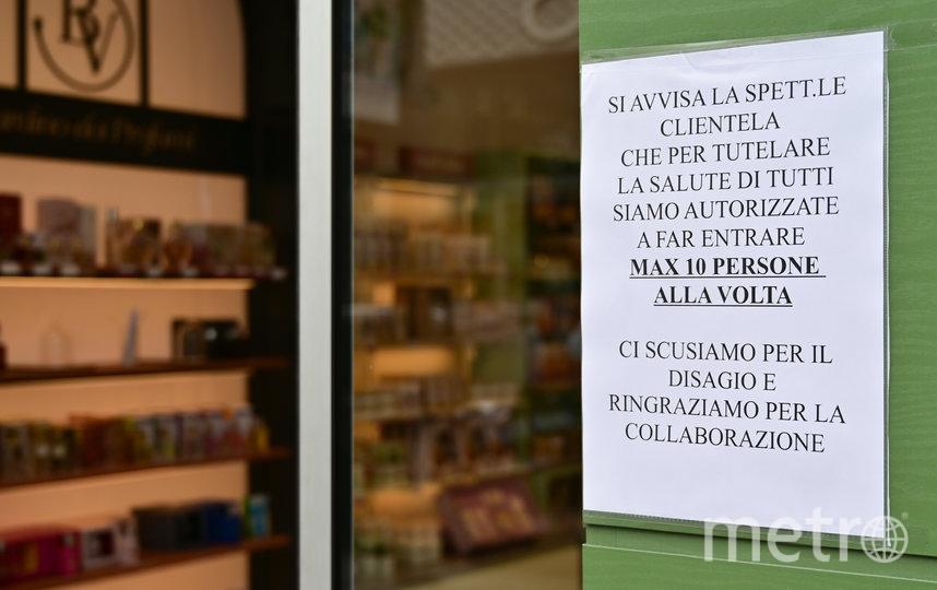 С целью минимизации риска один из магазинов Милана ввёл ограничение: единовременно в магазине могут находиться только 10 покупателей. Фото AFP