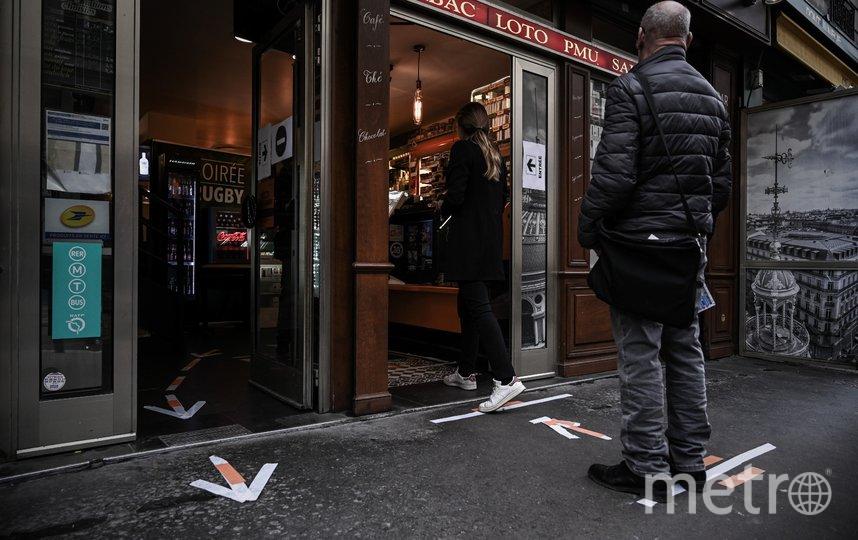 В Париже покупатели также держат дистанцию. Фото AFP