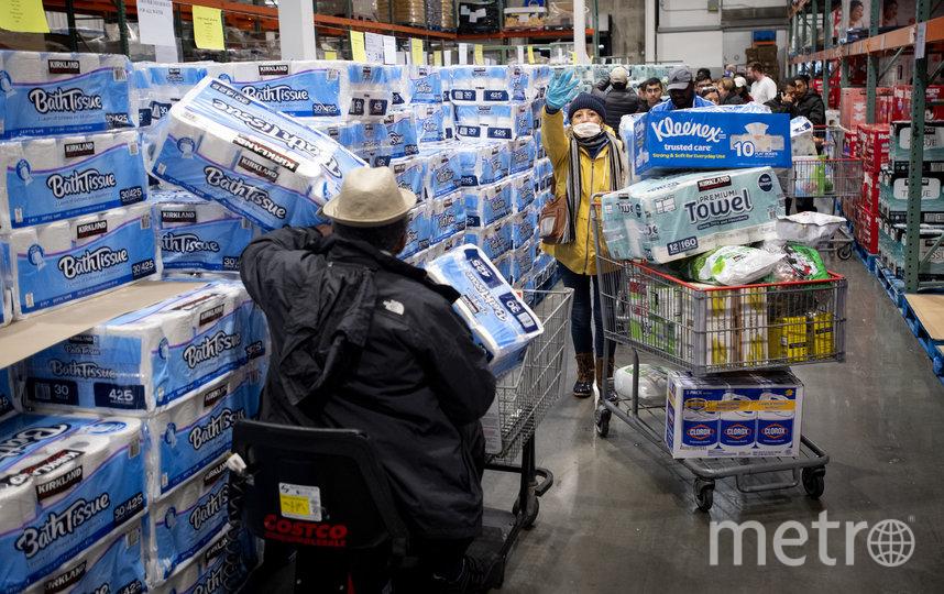 Покупатели в Калифорнии запасаются туалетной бумагой и бумажными полотенцами. Фото AFP