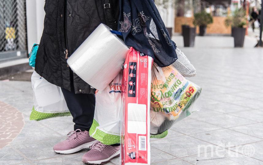 Жители Греции тоже закупаются продуктами и товарами. Фото Getty