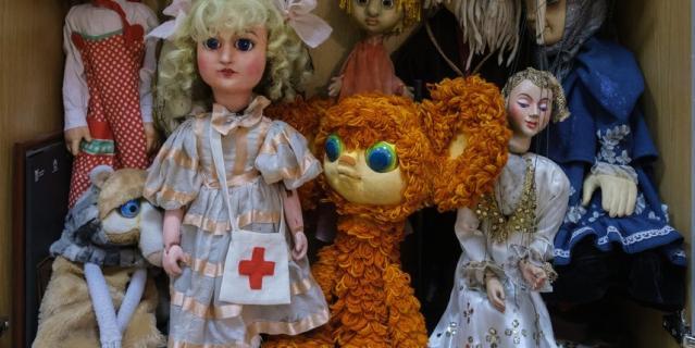 Куклы – ветераны сцены занимают почётное место на полке.