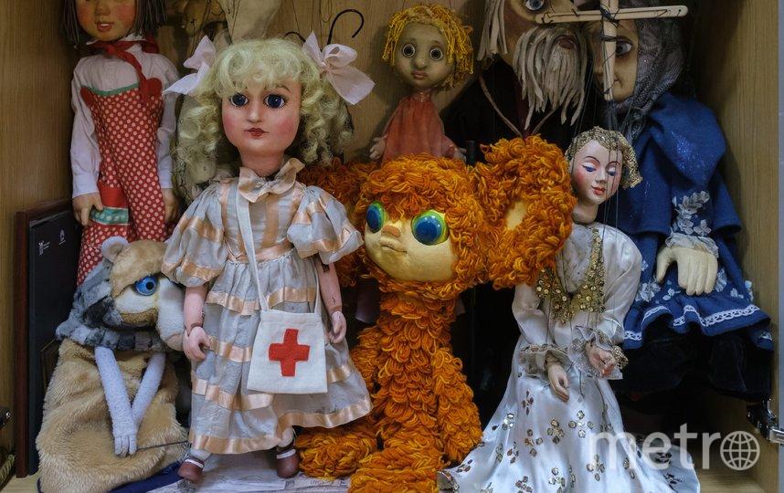 """Куклы – ветераны сцены занимают почётное место на полке. Фото Алена Бобрович, """"Metro"""""""