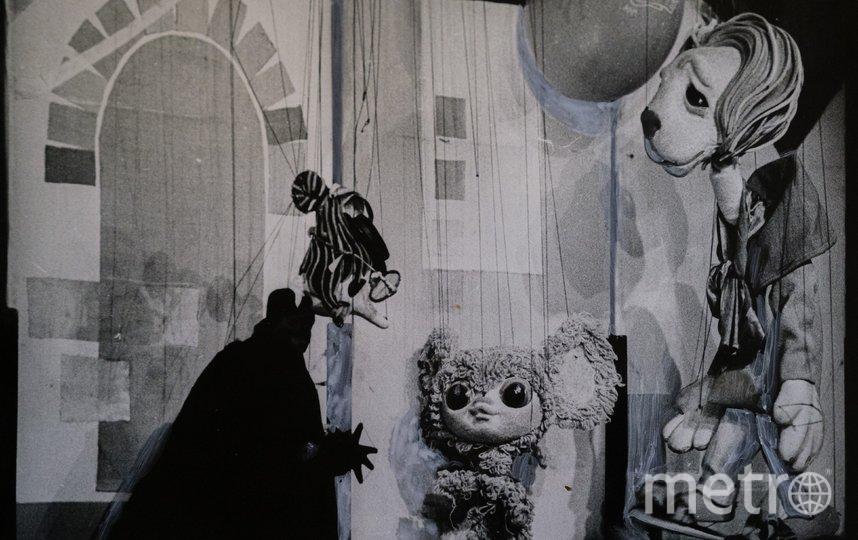 """Один из первых спектаклей: Чебурашка в окружении Старухи Шапокляк и льва. Фото архив театра марионеток им. Е.С. Деммени., """"Metro"""""""