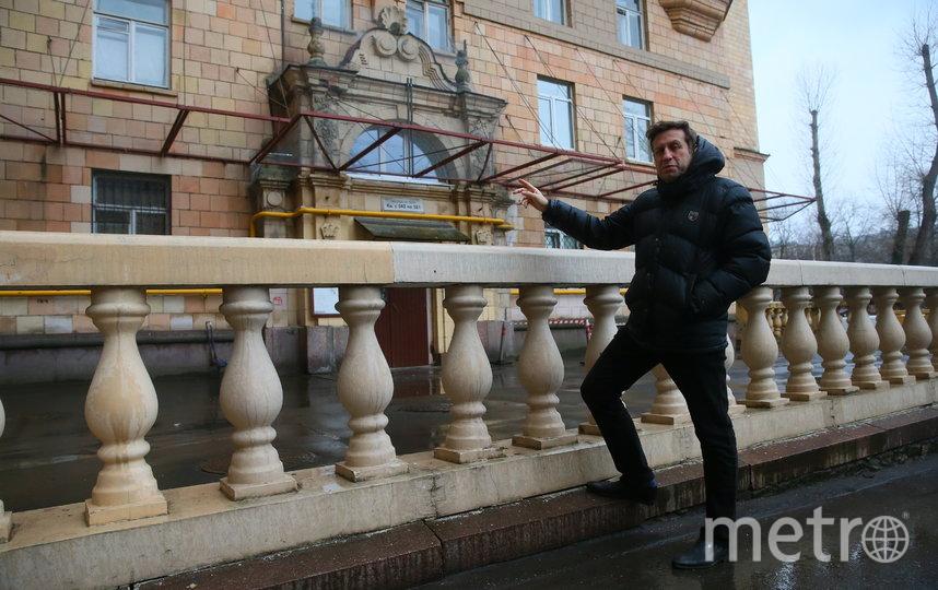 Александр Вулых рассказывает о доме, в котором не раз бывал с отцом. Фото Василий Кузьмичёнок